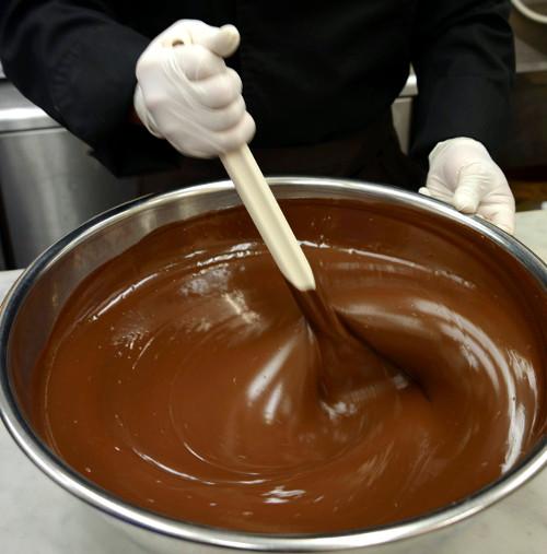 チョコレートの味わいを変えるテンパリング(温度調整)